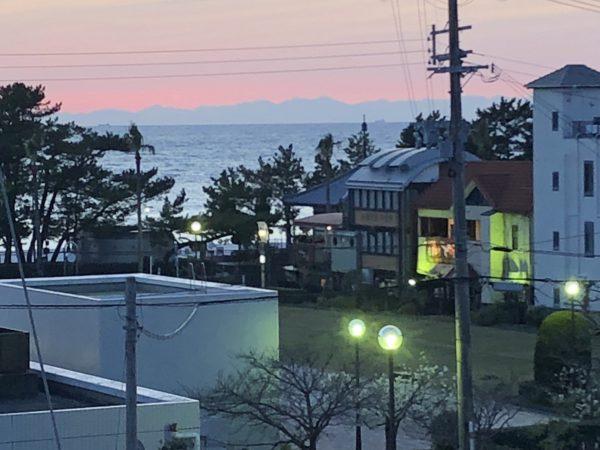 当クリニックから夕陽をバックに四国の山並みが見られます。